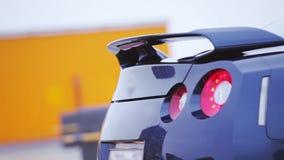 Bumper van heldere donkerblauwe nieuwe auto met rode lichten Merkmodel auto Koude schaduwen stock videobeelden