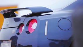 Bumper van heldere donkerblauwe nieuwe auto presentatie Rood lichten auto Koude schaduwen stock footage