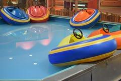 Bumperboten in Weerspiegelende Aqua Water Royalty-vrije Stock Foto