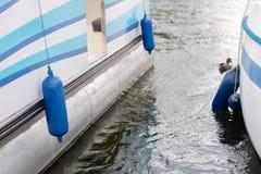 Bumpers aan de kant van het jacht worden gehangen dat Vastgelegde en beveiligde boten Royalty-vrije Stock Afbeeldingen