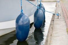 Bumpers aan de kant van het jacht worden gehangen dat Vastgelegde en beveiligde boten Stock Afbeelding