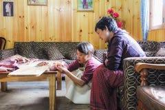 Bumthang,不丹- 2016年9月14日:不丹妇女织布工和刺绣工在工作在Bumthang,不丹,亚洲 库存照片