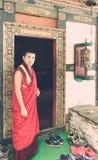 Bumthang,不丹- 2016年9月14日:Jakar Dzong (Dzong白色鸟),不丹门道入口的修士  库存图片