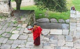 Bumthang, Bhután - 13 de septiembre de 2016: Monje en el Kurjey Lhakha Imagen de archivo