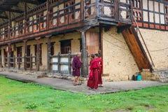 Bumthang, Bhután - 13 de septiembre de 2016: Tres monjes en el Kurjey Fotografía de archivo