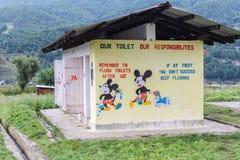 Bumthang Bhutan - September 14, 2016: Illustrationer på toalettväggen i Wangdicholing fäller ned högstadiet på Bumthang, Bhutan Royaltyfri Fotografi