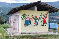 Bumthang Bhutan - September 14, 2016: Illustrationer på toalettväggen i Wangdicholing fäller ned högstadiet på Bumthang, Bhutan Arkivfoto