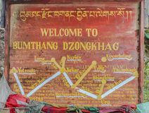Bumthang Bhutan, Wrzesień, - 13, 2016: Signboard Bumthang Dzongkhag z modlitewnymi flaga, Bhutan Obraz Stock