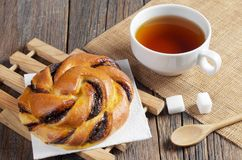 Bun and cup of tea for breakfast Royalty Free Stock Photos