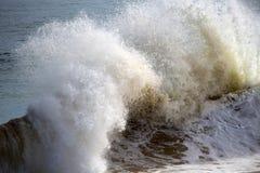 飞溅在岸附近的波浪在海洋使Bunbury西澳州靠岸 免版税库存照片
