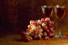 Bunch of red grape and wine glasses Royalty Free Stock Photography
