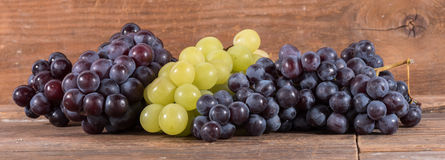 Bunches of white and black grapes Stock Photography