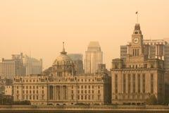 Bund linia horyzontu przez Huangpu rzekę od Pudong w Szanghaj obrazy stock
