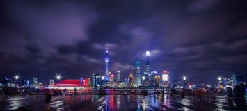 Bund waitan w Szanghaj Chiny przy nocą po rainning obraz stock