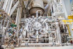 Bundel van de compressor van de gasturbine en turbinemotor bij zeeolie en gasplatform royalty-vrije stock afbeeldingen