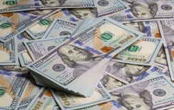 Bundel van dollarsbankbiljetten op nota'sachtergrond Stock Foto's