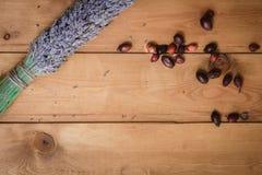 Bundel van droge lavendel en rozebottelbessen op een lijst Stock Fotografie