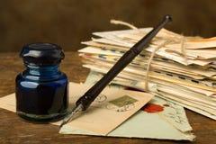 Bundel van oude brieven en inkt goed royalty-vrije stock afbeelding