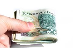 Bundel van 100 zloty bankbiljetten in de hand van een jonge mens Sluit omhoog stock afbeelding