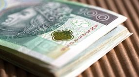 Bundel van 100 zloty bankbiljetten op een lijst Sluit omhoog royalty-vrije stock fotografie