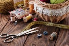 Bundels van draad in een mand, een schaar en een draad in trommels op a Royalty-vrije Stock Foto's