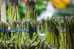 Bundels van groene die asperge, voor verkoop op een Canadese markt in Montreal worden gecultiveerd stock foto