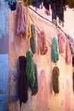 Bundels van het geverfte wol drogen royalty-vrije stock foto's
