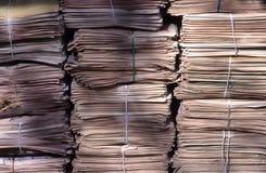 Bundels van kranten op het voetpad stock foto