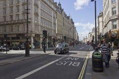 Bundelstraat in Londen in dagtijd Royalty-vrije Stock Afbeelding