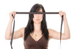 Bunden för ögonen på latinamerikansk ung kvinna. Svart torkduk Fotografering för Bildbyråer