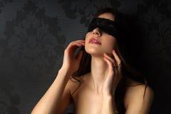 Bunden för ögonen på sexig flicka. Arkivbilder