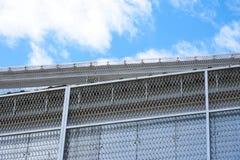 Bunden konstruktion med en blå himmel i bakgrunden arkivbilder