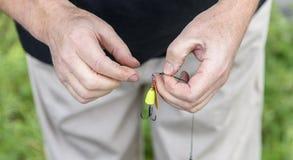 Bunden krok för fiskare händer closeup fiske Royaltyfria Bilder