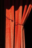 Bunden tillbaka röd gardin Royaltyfria Foton