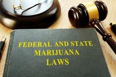 Bundes- und Staats-Marihuanagesetze und -hammer stockfoto