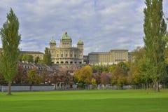 BundesHause (Schweiz parlament) från Freibad Marzili Bern switzerland arkivfoton