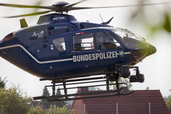 从Bundespolizei的德国直升机在救助任务的一个领域登陆 库存图片