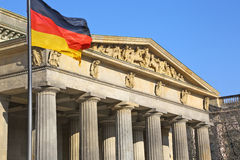 Bundestag & tysk flagga i Berlin Arkivfoto