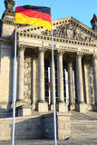 Bundestag & tysk flagga i Berlin, lodlinje Royaltyfri Bild