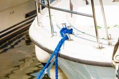 Bundet blått seglingrep på det vita fartyget fotografering för bildbyråer