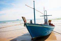 Bundet upp fartyg på stranden royaltyfria bilder