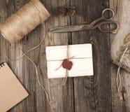 bundet upp med ett rep en bunt av tomma kort arkivfoto