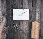 bundet upp med ett rep en bunt av tomma kort arkivfoton