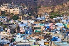 Bundi都市风景,旅行目的地在拉贾斯坦,印度 庄严堡垒在俯视蓝色城市的山坡栖息 W 库存图片