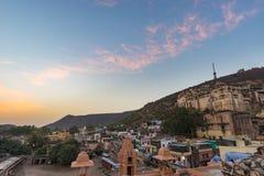 Bundi都市风景,旅行目的地在拉贾斯坦,印度 庄严堡垒在俯视蓝色城市的山坡栖息 W 免版税图库摄影