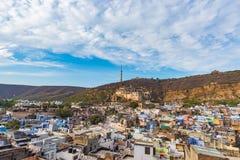 Bundi都市风景,旅行目的地在拉贾斯坦,印度 庄严堡垒在俯视蓝色城市的山坡栖息 W 免版税库存图片