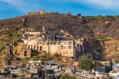 Bundi都市风景,旅行目的地在拉贾斯坦,印度 庄严堡垒在俯视蓝色城市的山坡栖息 免版税库存图片