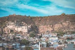 Bundi都市风景,旅行目的地在拉贾斯坦,印度 庄严堡垒在俯视蓝色城市的山坡栖息 库存照片