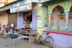 BUNDI,拉贾斯坦,印度- 2017年12月09日:一个五颜六色的街道场面在有聚集在商店和col前面的人的老镇 免版税图库摄影