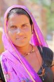 BUNDI,拉贾斯坦,印度- 2017年12月09日:一名美丽的妇女的画象有五颜六色的礼服的在接近Bundi的一个村庄 免版税库存照片